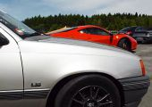 Így eszi meg a 685 lóerős öreg Kadett a Ferrari 458 Italiát, Porsche 911 Turbót és egy Yamaha R1-esnek is okoz némi meglepetést.