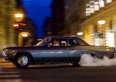 Ez bizony nálunk történt Budapesten, az Andrássy úton: izmos gumiégetés egy turbós Chevy BelAir-rel, háttérben az Opera épületével.