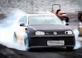 850 lóerősre húzott Volkswagen Golf MK4 GTI első szárnypróbálgatása a dragpályán, mínusz egy féltengely.