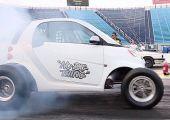 Bármiből lehet dragster: ez van, ha egy Smartba teszel 7,5 literes V8-ast.