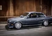 Így szól a Chevrolet Corvette V8-asa egy gyönyörű kiállású BMW E30-ban