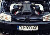 Így préselték egy Audi RS6 5.0 literes, V10-es blokkját egy Golf MK4-esbe.