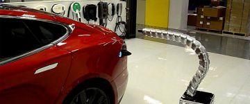 Bámulatos, hol tart már a tudomány: így csatlakozik a töltőnyílásra a Tesla robotkígyója.