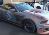 Ez a fóliázott Mustang biztos tud meglepetéseket okozni a lámpánál.
