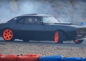 A Speedshop Drift Team egy igazi szörnyet épített. 6,3-s LS3 V8 a géptető alatt 600 lóerővel! Aki szereti a V8 hangját, tekerje fel a hangerőt!
