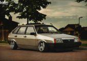 Egyszerűen jó ránézni: Lada Samara porban, Schmidteken, Nardi cuccokkal a beltérben.