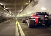 Egy F1 versenyautó és egy 2,4 km-es alagút.