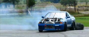 Figyelem! Megosztó lesz! A videót nézve láthatunk egy Nissan Skyline-t drift közben, de nem csak a kerék füstöl!