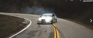 Hegyi drift egy ultraszéles E36-al. Semmi divatos zene, csak a V8 dübörgése és a gumik sikítása hallatszik.