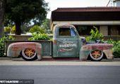 Kopott külső alatt modern technika. '51-es Ford pick-up Amerikából.