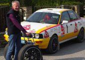 Speciális járókeretet kapott 70. születésnapjára a neves rallye-legenda. Nézd meg, mire kellett neki!