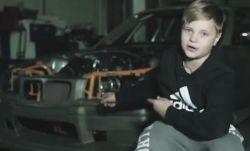 Még csak 12 éves, de már csak a driftautójáért is irigyelnéd!