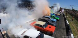Ilyen, amikor 100 autó egyszerre füstöl gumit!