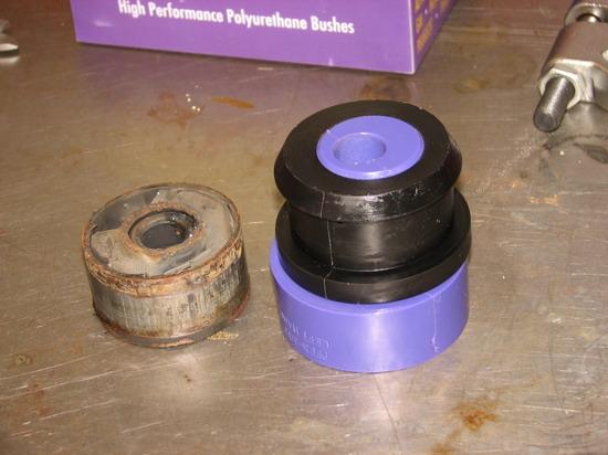 A kiszerelt szilent balra, mellette az új Powerflex excntrikus tuning poliuretán szilent