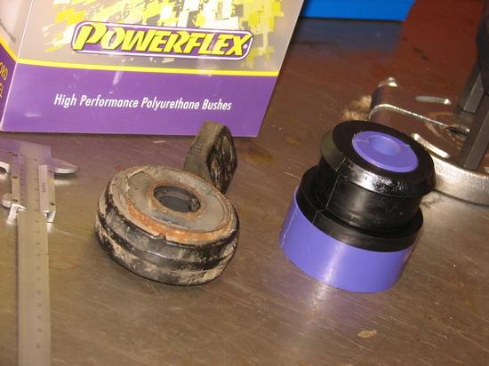 Powerflex poliuretán tuning szilent jobbra, a régi a kengyellel balra