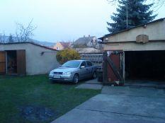 pihen a garázs mellett