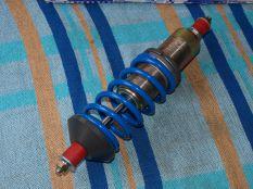 Állítható rugóstaggal, gázos rendszerű gátlóval