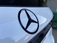 Fényes fekete Mercedes embléma